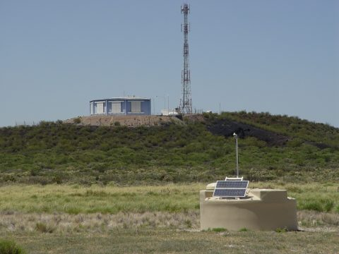 Figuur 1. Het Pierre Auger Observatorium is een hybride detector